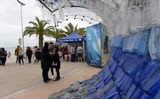 Una 'ola' de plásticos en San Javier para concienciar sobre la contaminación marina