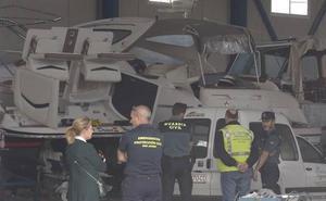 Dos heridos al explotar la embarcación que reparaban en una nave de La Ribera