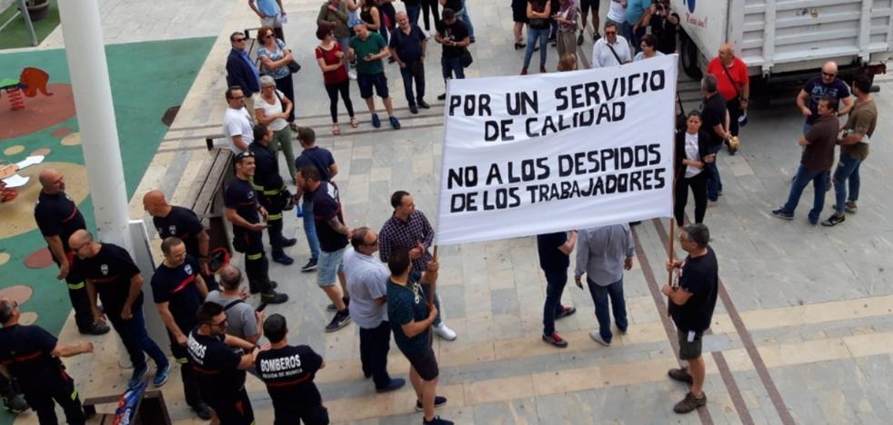 Casi un centenar de empleados de ambulancias y bomberos protestan frente al Ayuntamiento