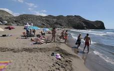 Rescatan a una pareja en la playa de Calnegre tras aguantar media hora agarrados a una boya
