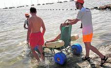 La Manga y la Ribera se preparan para superar los 5.000 baños asistidos