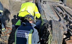 Un hombre queda herido y atrapado tras volcar con su coche en Caravaca