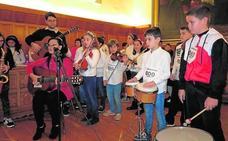 Más de 200 alumnos celebran el Día del Niño con música y solidaridad