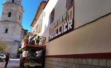 El Ayuntamiento renueva la pintura de la fachada y el recibidor del teatro Thuillier