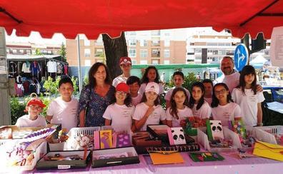 Las cooperativas solidarias del colegio Cervantes venden sus productos en el mercado semanal