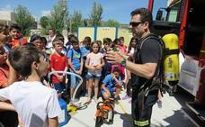 Escolares caravaqueños participan en una exhibición de medios para prevenir los incendios forestales
