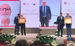 Antonio López Bermejo y Alfonso López Rueda reciben sendos Diplomas de Servicios Distinguidos