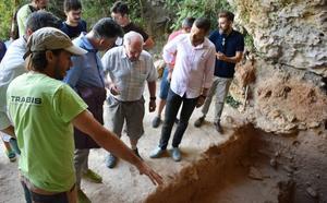 Nuevos hallazgos en la Cueva Negra como una cornamenta, el cráneo de un cérvido y la costilla de un oso