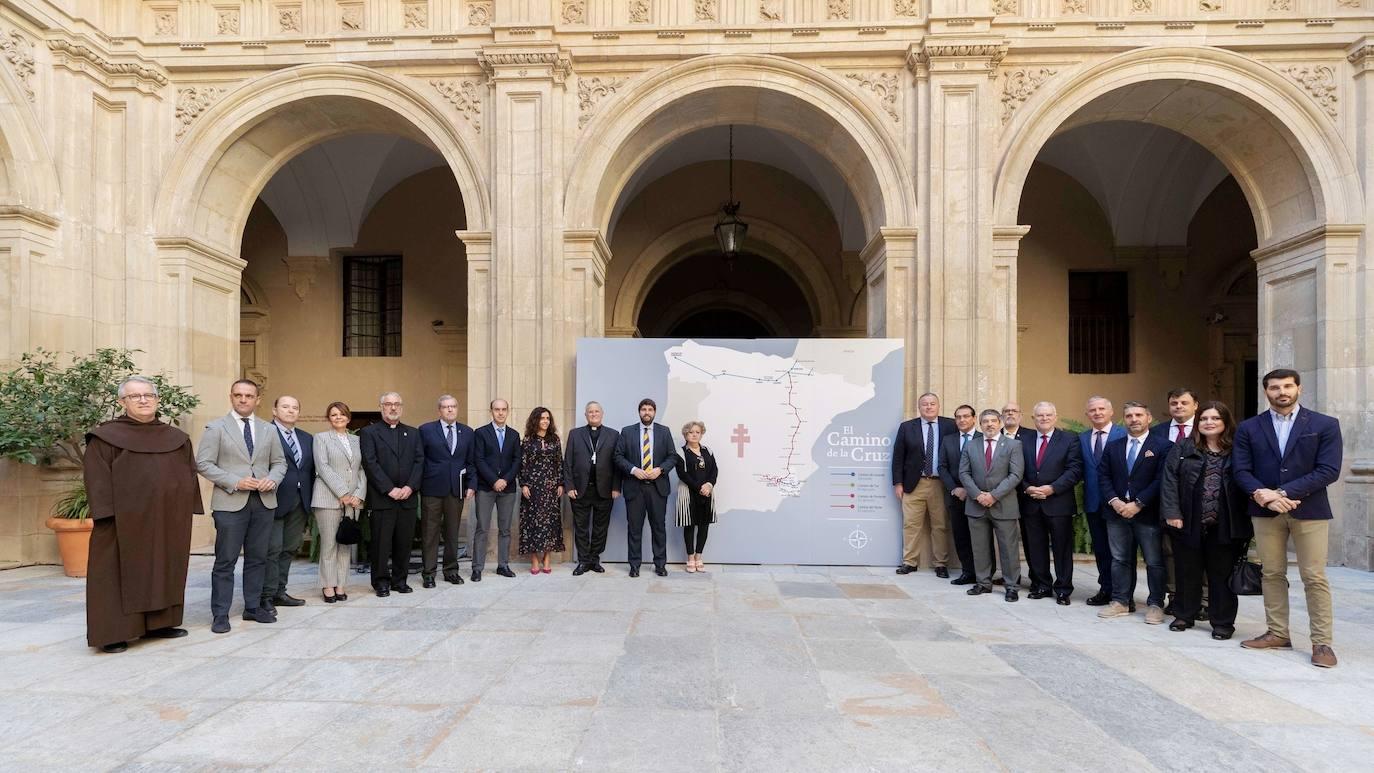 El presidente López Miras y el obispo Lorca Planes junto al resto de participantes en la presentación del acuerdo suscrito por el Gobierno Regional y el Obispado. /CARM
