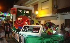 La carroza 'Yo fui a EGB' sale vencedora del desfile más nostálgico
