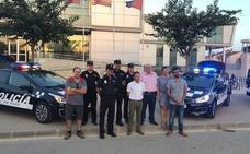 Cuatro coches policiales con desfibrilador