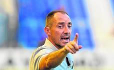 Munitis quiere «tener el balón y defender lejos de la portería» mañana en el derbi