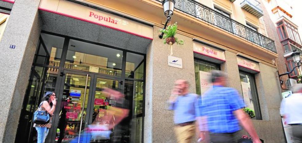 Empleados del Popular temen despidos y cierre de oficinas tras la compra por el Santander