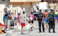 Cuatro familias de okupas hacen las maletas tras la refriega con los vecinos en Fortuna