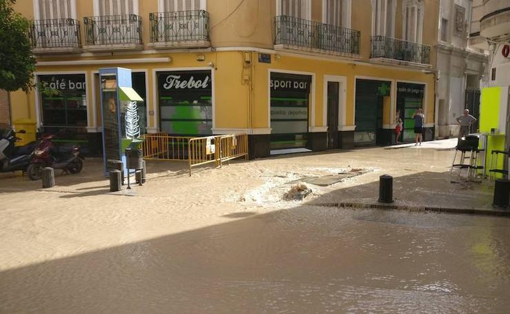 Otra rotura de una tubería inunda la calle Sagasta
