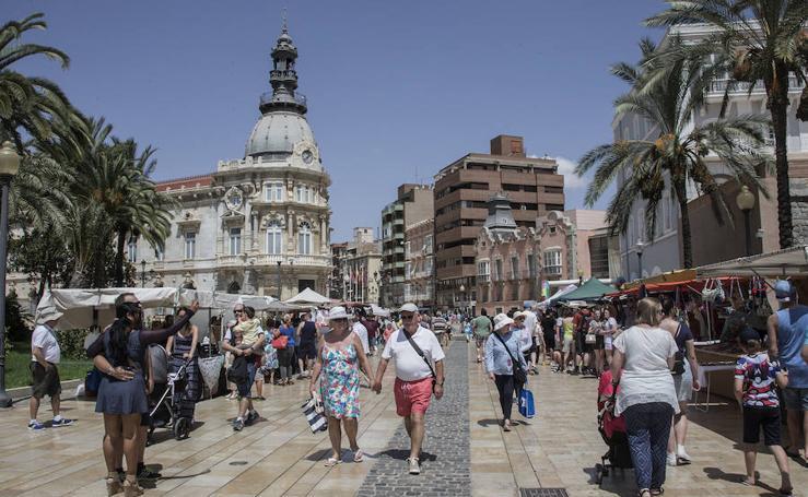 Gran ambiente en el centro de Cartagena tras la llegada de 5.660 cruceristas