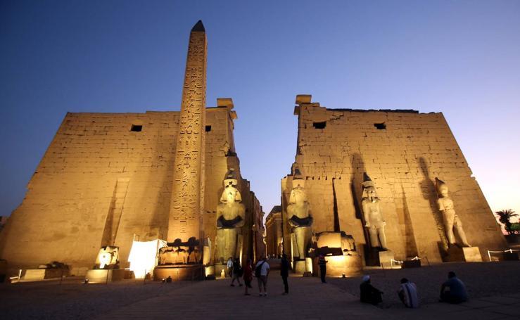 Luz sobre el templo egipcio de Lúxor