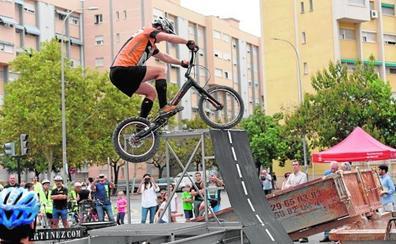 Salto de obstáculos en el Bicifest del barrio Infante