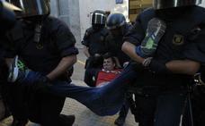 Los Mossos desalojan a un grupo de manifestantes que impedían el acceso a una sede de Unipost