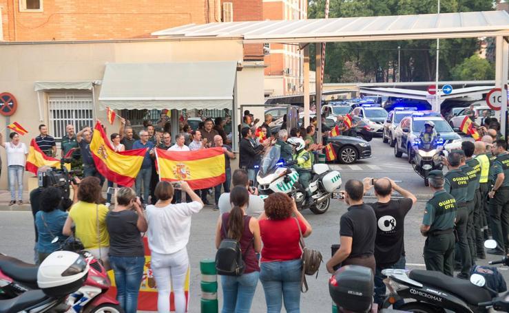 Un centenar de policías y guardias civiles de la Región ponen rumbo a Cataluña