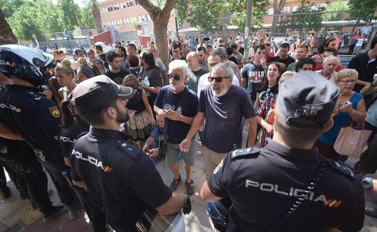 Enfrentamiento entre vecinos y policías junto a las vías (II)