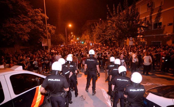 Quema de contenedores y agresiones a periodistas en la protesta de las vías
