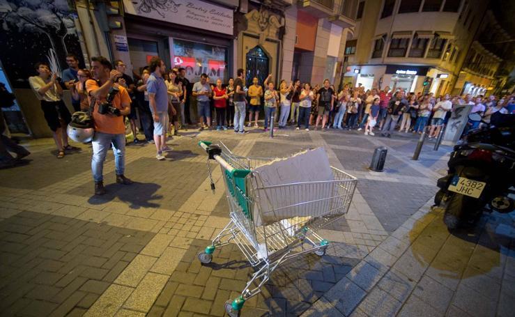 Los manifestantes llevan un trozo de cemento de las obras del AVE al centro de Murcia