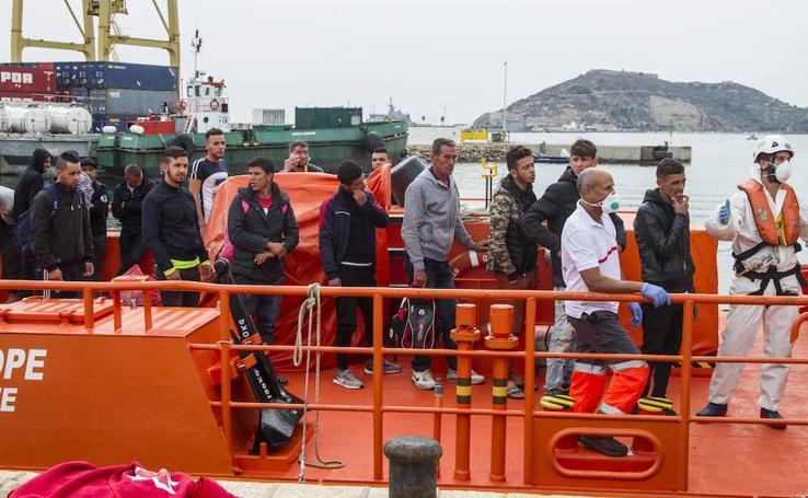 Cruz Roja espera la llegada de más de 100 inmigrantes a bordo de pateras