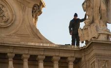 El rumano que amenazaba con lanzarse al vacío desde la Catedral accede a bajar