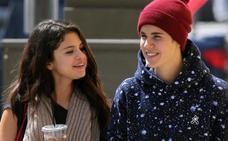 Justin Bieber sale con otra chica en plena reconciliación con Selena Gomez