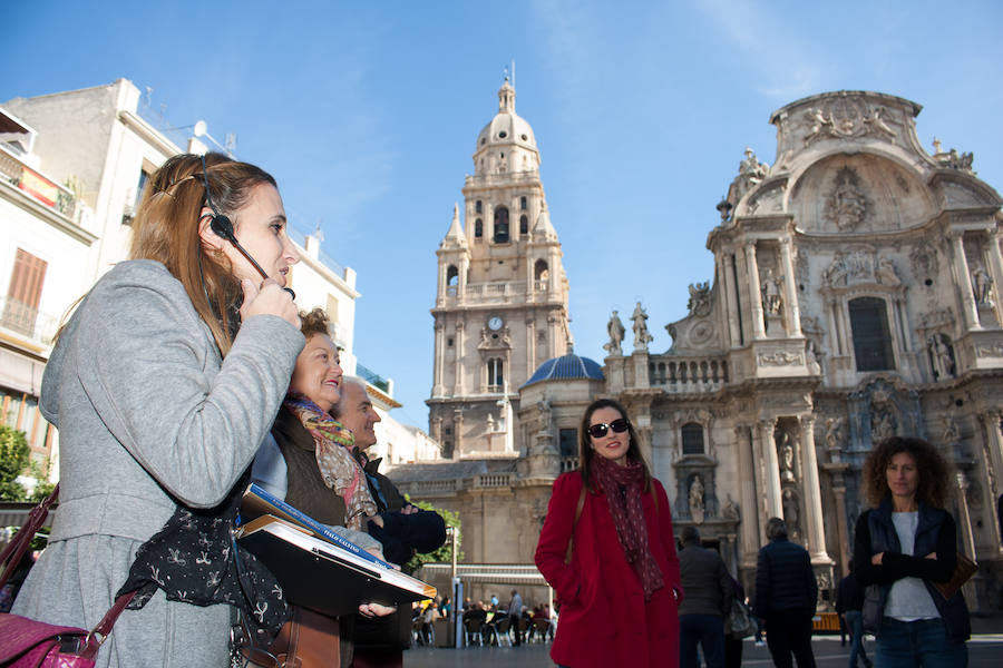 Miles de murcianos 'pasan sin llamar' a los lugares más emblemáticos de la ciudad