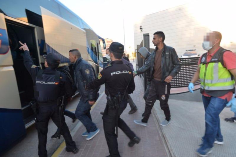 Malestar entre los policías que trasladaron a los inmigrantes a Málaga