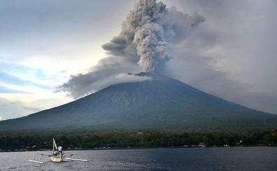 La erupción de un volcán en Bali deja atrapados a 35 murcianos