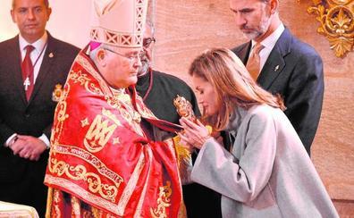 «Esto es precioso», asegura la Reina a los cofrades