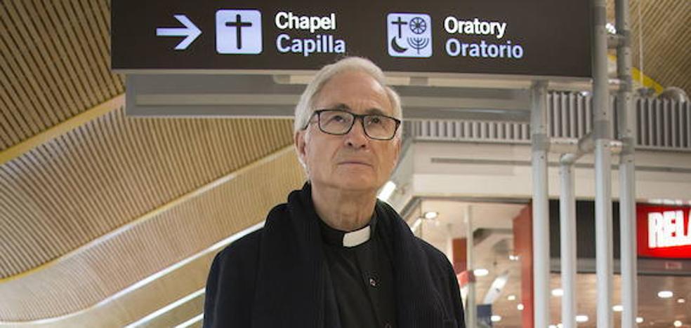 Las increíbles historias del sacerdote del aeropuerto