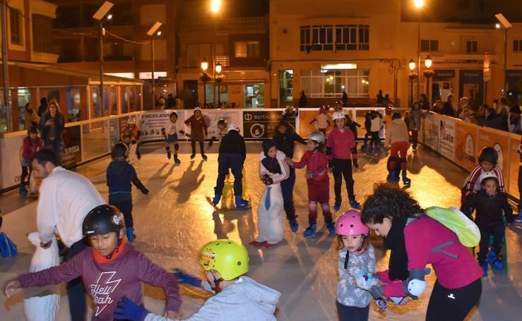 Patinando sobre hielo en la plaza de Torre Pacheco