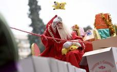 Papá Noel anticipó peluches y balones durante la cabalgata