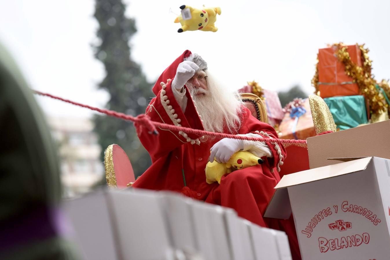 Papa Noel reparte 3.000 juguetes en su paseo en carroza por Murcia