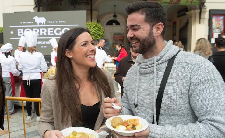 Reparten 2.500 raciones de cocido solidario en la plaza de Romea