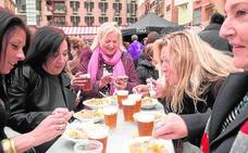 Gastronomía y solidaridad en la plaza de Romea