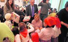 Los 33 niños del Hogar de Infancia reciben regalos de deportistas