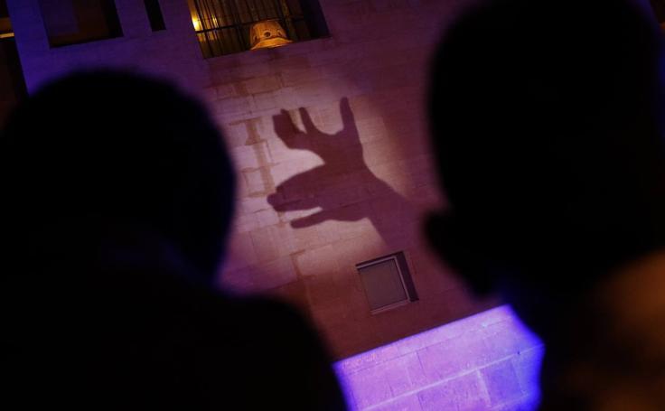 Sombras chinas traen la magia al edificio Moneo