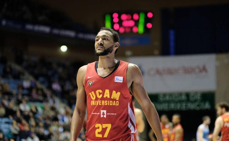 La suerte vuelve a cebarse con el UCAM ante Monbus Obradoiro (70-68)
