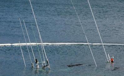 Proceden a reflotar el pesquero en el puerto de Muxía, en La Coruña