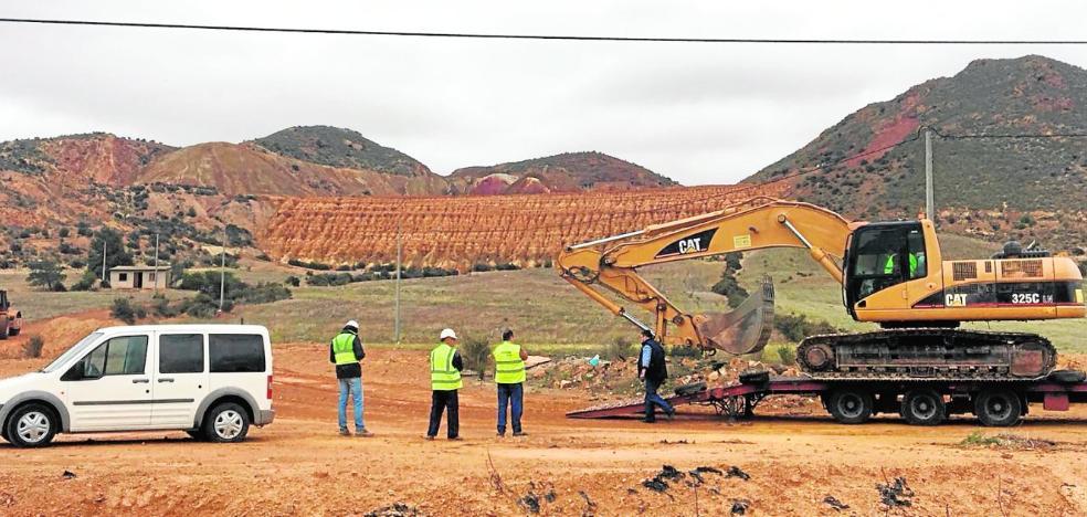 La presión vecinal lleva al Consistorio a pedir que paren las obras en las minas