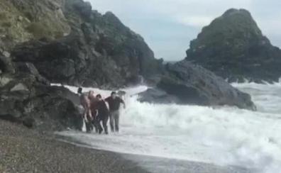 A punto de morir tragados por el mar por culpa de un zapato