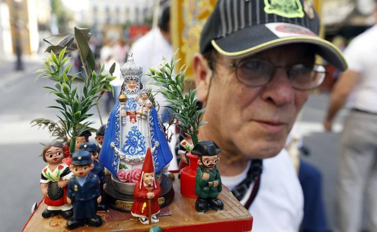 Los murcianos rinden homenaje con flores a la Fuensanta