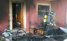 Los bomberos apagan el incendio de una vivienda en Lo Pagán