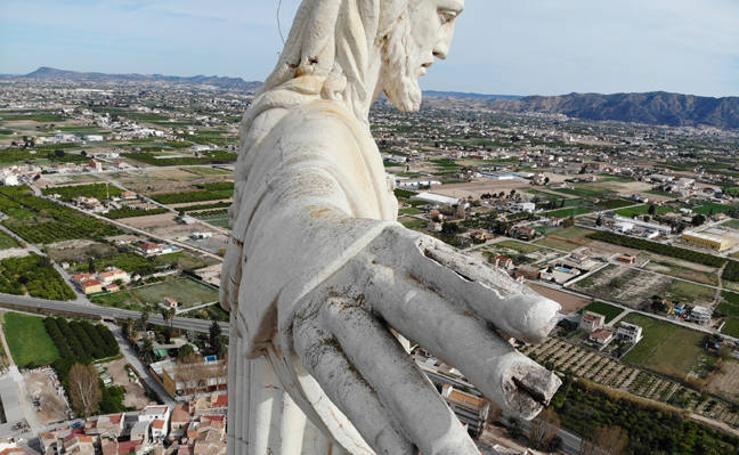 Esta escultura está hecha un cristo