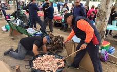 El arroz cocinado por Pedro González gana el concurso de Los Mayos